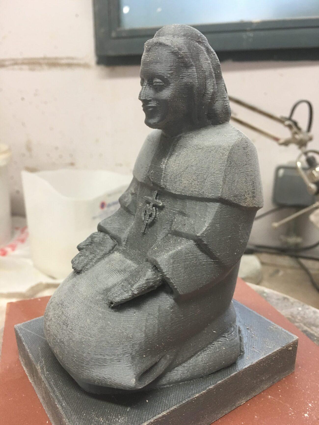 Figura en resina de un monje
