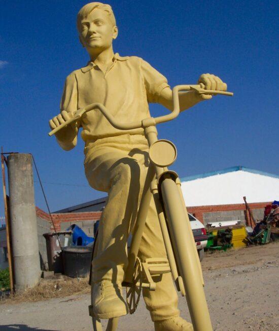 Escultura con bici en resina y fibra de vidrio